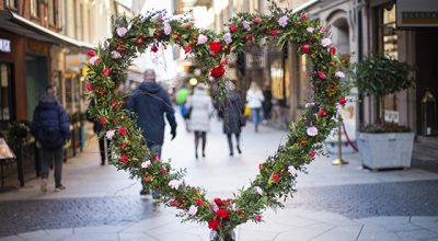 Hjärta av blommor på Kullagatan inför alla hjärtans dag 2020.
