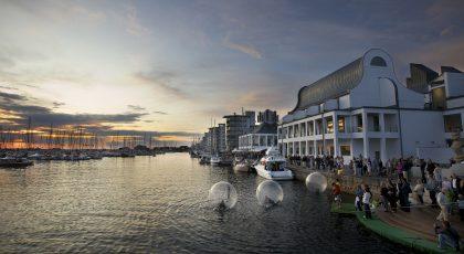 Lek i uppblåsbara bollar i Norra hamnen framför Dunkers kulturhus.