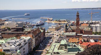 Vybild tagen från Kärnan över Stortorget, Rådhuset och Hamntorget med färja i Sundet.