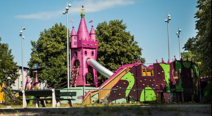 Barn leker på lekplatsen Prinsessor och drakar på Drottninghög. Samtyckesavtal finns.